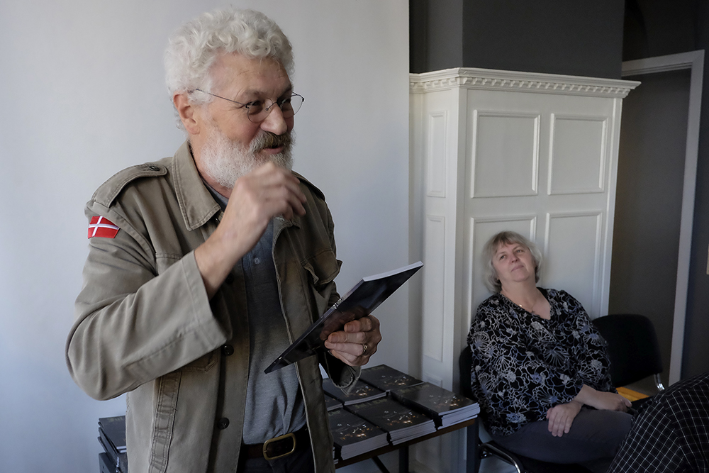 Svend Sørensen præsenterede 2016 udgaven af Jul i Thy. Museumsleder Jytte Nielsen lyttede med.